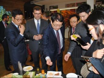 La delegació coreana va visitar el supermercat Quèviris que ActelGrup té a les seves instal·lacions de Lleida Foto:J.TORT