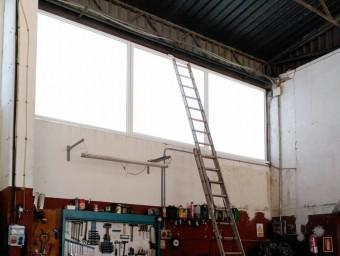 Al parc de bombers de Figueres es va haver d'apuntalar un finestral perquè no aguantava la tramuntanada. Foto:EPA