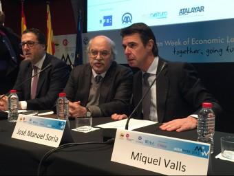 Andreu Mas-Colell, amb el ministre d'Indústria, José Manuel Soria, dimecres passat a Barcelona Foto:EUROPA PRESS