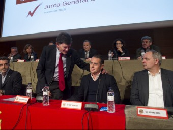 Josep Maria Andreu conversa amb José Rodríguez, cap de Promoesport, durant la junta d'ahir Foto:JOSÉ CARLOS LEÓN