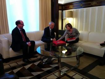 La presidenta del Parlament, Carme Forcadell, reunit amb l'ambaixador suis, Thomas Kolly,i el cónsul de Barcelona Foto:EUROPA PRESS