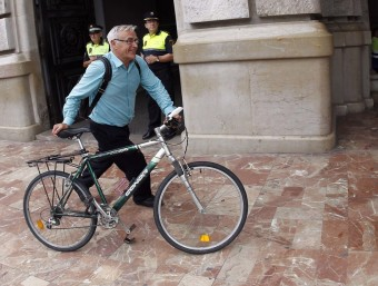 L'alcalde de València, Joan Ribó, arriba a l'Ajuntament. Foto:JOSEP CUÉLLAR