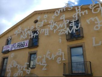 La masia de Can Comas es troba en ple centre del municipi de Pineda, a la plaça Catalunya, a tocar de l'Ajuntament Foto:T.M