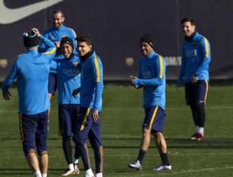 Piqué, Neymar, Bartra i Aleix Vidal, fent bromes en l'entrenament d'ahir Foto:EFE
