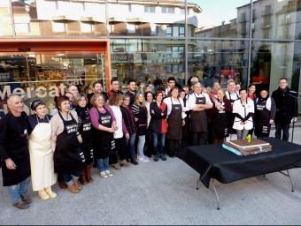 Els placers i representants de l'Ajuntament fotografiats amb el pastís d'aniversari. Foto:R. E