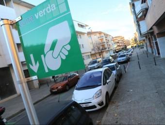 Un dels carrers de Girona on l'aparcament és de zona verda Foto:QUIM PUIG