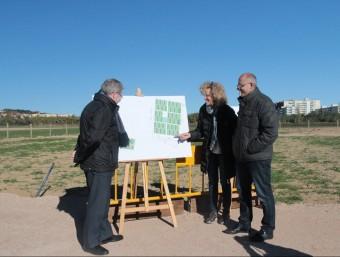 L'alcalde,  Juli Fernández, i els edils Margarita Mauri i Albert Gómez, ahir, a la zona d'horts Foto:E.A