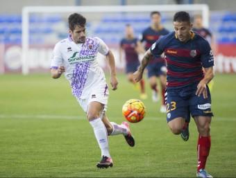 Ríos Reina en plena cursa amb un jugador del Numància durant l'últim partit del Llagostera a casa Foto:JOAN CASTRO/ICONNA