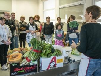 Un moment del taller d'ahir al mercat del Lleó Foto:ICONNA