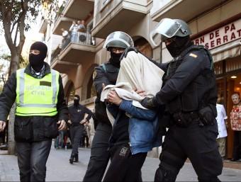 Agents de la Guàrdia Civil detenen un dels sospitosos al carrer Marina de Barcelona Foto:TONI ALBIR / EFE