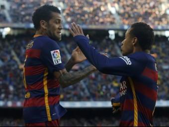 Còmplice dels golejadors. Alves i Ney celebren el primer gol de la tarda. El lateral tornaria a ser clau en el segon Foto:REUTERS