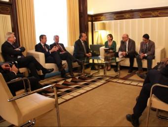 El síndic major, Jaume Amat, lliurant a l'informe anual a la presidenta del Parlament, Carme Forcadell Foto:ACN