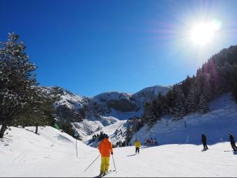 Esquiadors a La Masella , la primera de les estacions d'esquí a la península en obrir portes aquesta temporada Foto:LA MASELLA