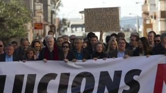 Els alcaldes del Baix Penedès i el Baix Gaià van encapçalar la marxa de protesta amb una gran pancarta per reclamar solucions per a l'N-340 Foto:J.C. LEÓN