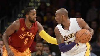 El jugador dels Lakers Kobe Bryant (d), controla la pilota davant el jugador dels Indiana Pacers C.J. Miles en el partit d'aquest diumenge a Los Angeles Foto:REUTERS