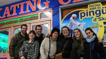 El grup Estampida de l'entitat Ratio just abans d'entrar a patinar a l'Skating de l'Exiample de Barcelona un dissabte a la tarda Foto:ELISABETH MAGRE