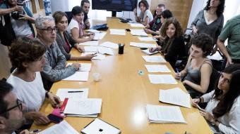 Reunió de Colau amb les entitats que van impulsar la ILP que inclou la lluita contra la pobresa energètica Foto:JOSEP LOSADA