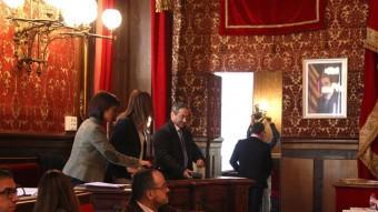 Els quatre regidors de Ciutadans, abandonant el ple per no debatre la moció independentista, ahir Foto:ACN
