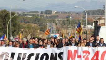 Els alcaldes del Baix Penedès i el Baix Gaià van encapçalar la mobilització de diumenge a l'Arboç. Foto:J.M. FLORES / TAEMPUS