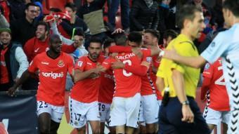 Els jugadors del Nàstic celebren el gol de Iago Bouzón contra el Llagostera Foto:ELISABETH MAGRE