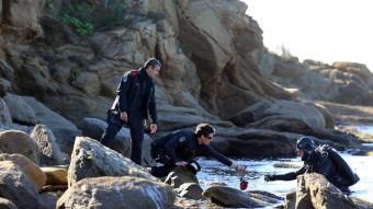 Els Mossos treballant en la recuperació de les calaveres i els fèmurs trobats al mar. QUIM PUIG