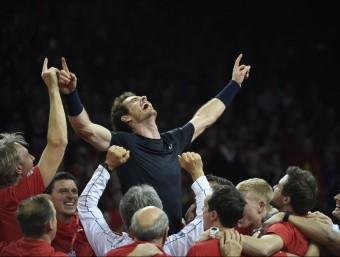 Murray, exultant, és aixecat per la resta de companys de l'equip britànic després de superar Goffin Foto:AFP PHOTO / JOHN THYS
