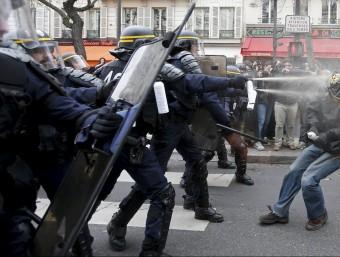 Enfrontaments entre la policia i els manifestants contra la cimera del clima a París Foto:REUTERS