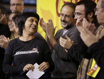 Anna Gabriel i Antonio Baños, amb altres membres de la CUP, al final del debat nacional celebrat a Manresa Foto:EFE