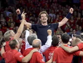 Andy Murray és alçat pels seu companys  Foto:AFP PHOTO / BELGA / DIRK WAEM
