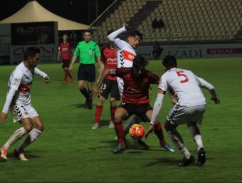Xavi Molina i Xisco Campos (5) pressionen el jugador del Mirandés Abdon Prats durant el partit d'ahir a Anduva Foto:ALFONSO GARCÍA MARDONES (CORREO DE BURGOS)