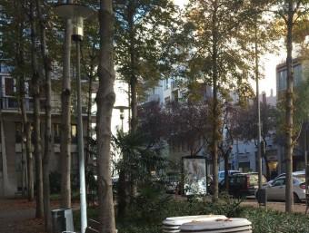 Fotorecreació de com es preveu que sigui la plaça després de la millora i, en petit, l'estat actual. Foto:AJUNTAMENT / J.N