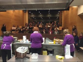 Les Cuineres de Sils, exposant les seves receptes sobre menjar sobrant, divendres a Riudellots de la Selva Foto:LL.B