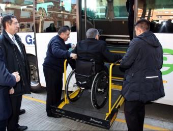 L'alcalde de Torrefarrera , Jordi Latorre, pujant al bus per la plataforma d'accés per a minusvàlids. Foto:BOSCH O. / ACN