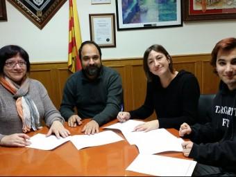 Els signants la regidora del PSC, el president d'ERC, Àngel Castillo i de la CUP, Ballester i Muns.