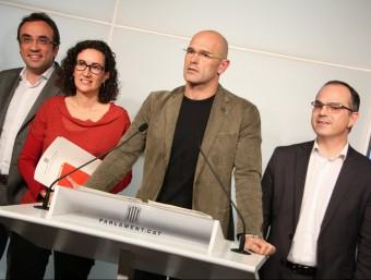 Raül Romeva, acompanyat de Marta Rovira, Josep Rull i Jordi Turull, en la roda de premsa posterior a la reunió de grup de JxSí Foto:ACN