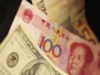 Paper moneda de dòlar, iuan i euro, tres de les divises de reserva de l'FMI Foto:H.H. YOUNG / EFE