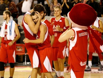Álex Hernández, felicitat per Musli després del triomf contra l'UCAM Múrcia Foto:ACB PHOTO