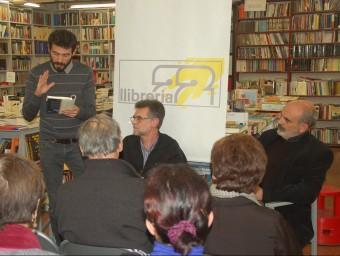 Alfons Cama, entre Ferran Piqué i Josep Maria Fonalleras, durant la presentació d'ahir a la llibreria 22 de Girona Foto:X.C