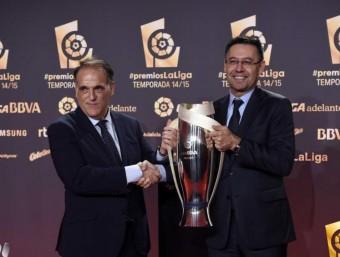 Tebas va entregar el trofeu de campió de la lliga 2014/15 a Josep Maria Bartomeu Foto:LFP
