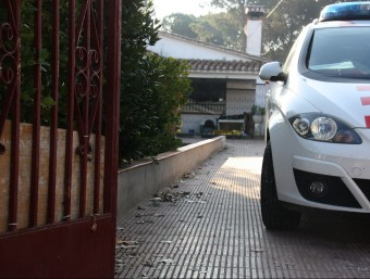 Un cotxe dels Mossos davant la casa on ha tingut lloc l'incendi a Tordera Foto:ACN