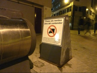 L'avís sobre les multes als contenidors soterrats del davant de les Carmelites. Foto:R. E