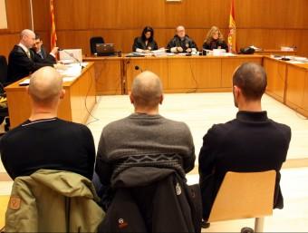Els tres acusats, just abans de començar el judici a l'Audiència de Barcelona al febrer d'aquest 2015 Foto:ACN
