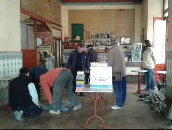 El Cafè Royal, ahir al matí, durant els treballs per treure tot lo de dins el local perquè es puguin fer les obres. Foto:M.V