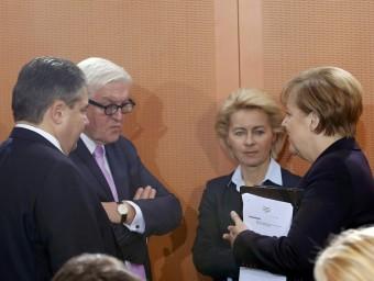 Merkel, parlant amb la ministra de Defensa, el cap de la diplomàcia i el vicecanceller, Sigmar Gabriel (esquerra), ahir durant la reunió setmanal del govern Foto:FABRIZIO BENSCH/REUTERS