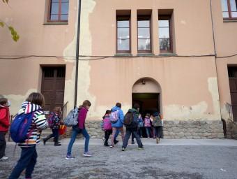 Un grup d'alumnes, a peu cap a l'escola. Foto:J.C