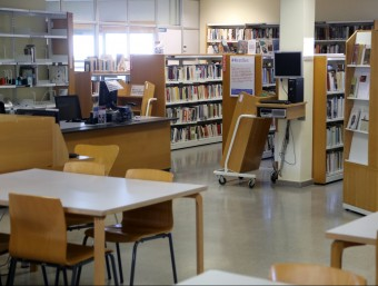 Interior de la biblioteca Ernest Lluch , que es traslladarà des de la ubicació actual, al centre cívic Pla de Palau, a la Casa decultura manel lladó
