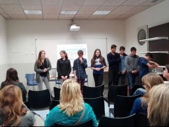 Els alumnes participants al projecte solidari amb el Senegal exposant el projecte. Foto:R.T