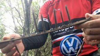 La trampa amb grans claus que van trobar al camí de Sant Grau. Foto:ACN