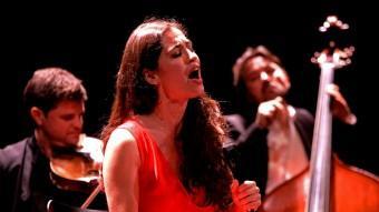 Sílvia Pérez Cruz en un moment de l'actuació a l'Auditori. Foto:LLUÍS SERRAT