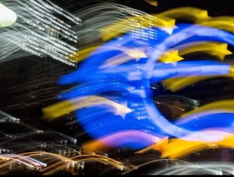 Vista nocturna del Banc Central Europeu, a Francfurt.  Foto:EFE/EPA/BORIS ROESSLER